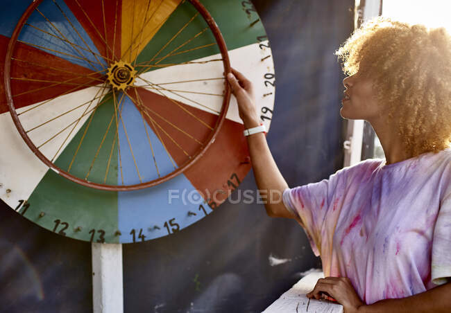 Жінка крутить колесо долі. — стокове фото