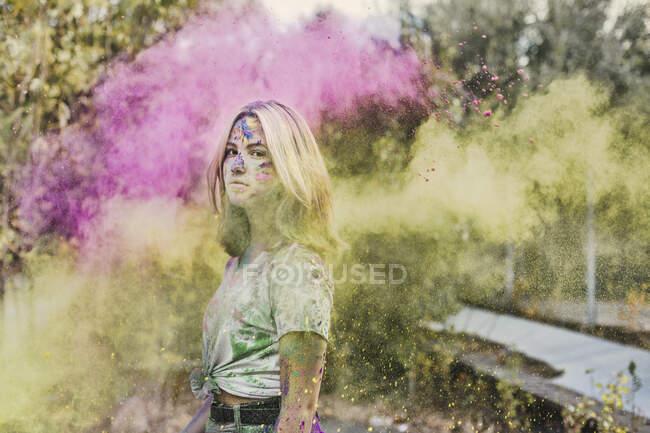 Chica con colores Holi polvo, Alemania - foto de stock