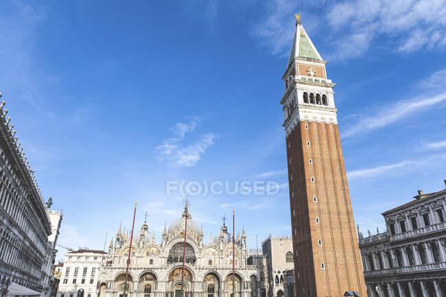 Veduta della Cattedrale di San Marco in Piazza San Marco con Campanile in primo piano, Venezia — Foto stock
