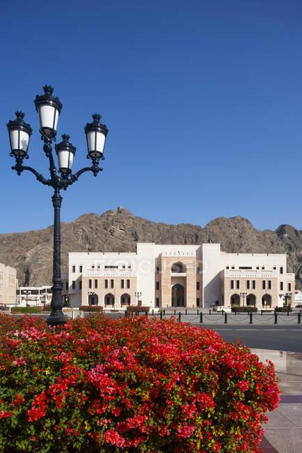 Вуличний ліхтар на площі Аль-Алам, Міністерство фінансів, державний округ, Мускат, Оман — стокове фото