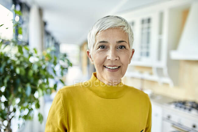 Портрет усміхненої старшої жінки вдома. — стокове фото
