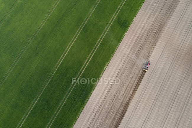 Aerial view of tractor in agricultural field, Franconia, Bavaria, Germany — Stock Photo