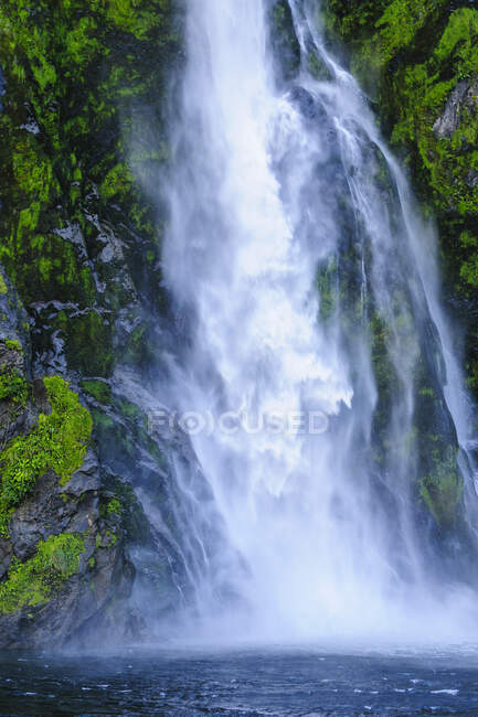 Huge waterfall in the Milford Sound, South Island, New Zealand — Stock Photo