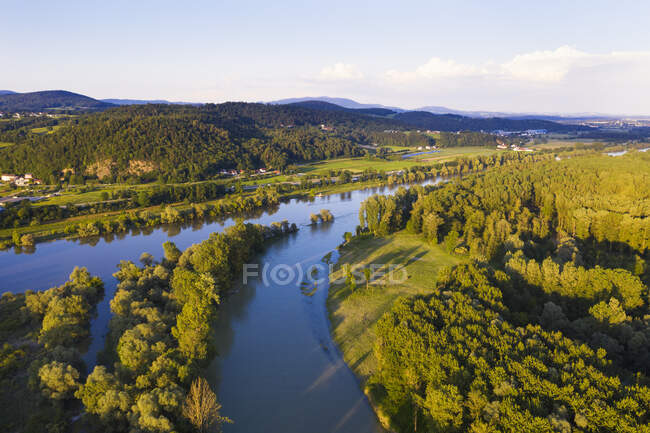 Estuario del Isar en el río Danubio cerca de Deggenau, Baja Baviera, Alemania - foto de stock