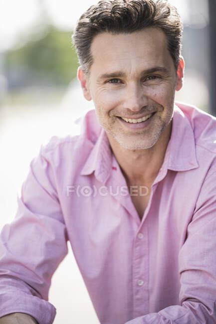 Портрет бізнесмена у рожевій сорочці. — стокове фото