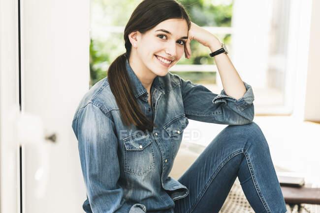 Портрет усміхненої молодої жінки у денімній сорочці. — стокове фото