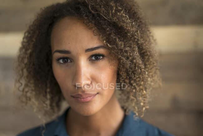 Портрет молодой женщины с колечками — стоковое фото