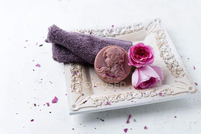 Домашнее розовое мыло, цветок и мочалка — стоковое фото