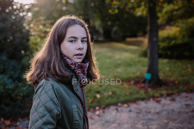 Портрет молодой девушки в парке — стоковое фото