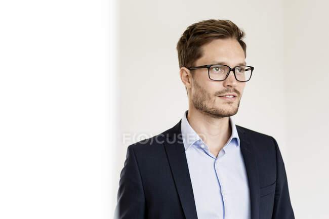 Ritratto di un uomo d'affari sicuro che guarda lateralmente — Foto stock