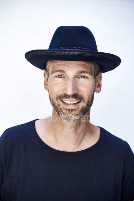Ritratto di uomo maturo con cappello blu — Foto stock