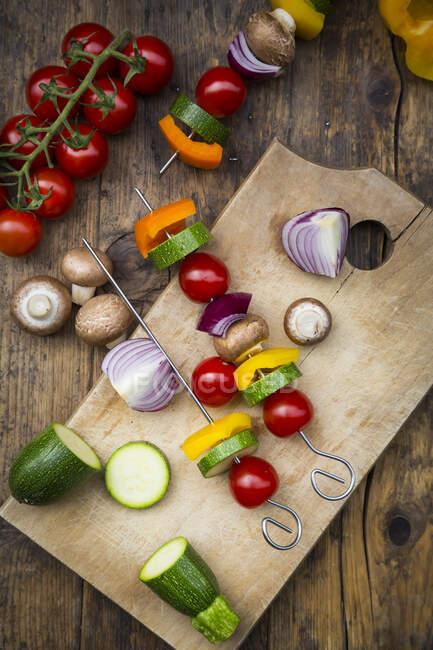 Preparation of vegetable skewers — Stock Photo