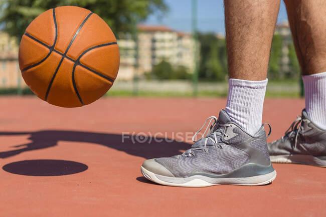 Молодий чоловік грає в баскетбол — стокове фото
