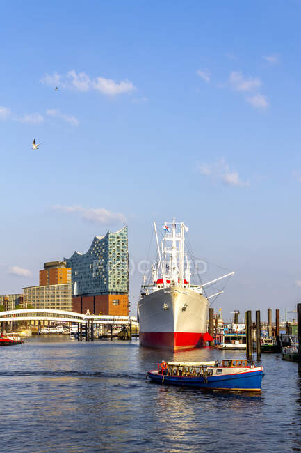 View to Elbe Philharmonic Hall with ship and boats in the foreground, Hamburg, Germany — Stock Photo