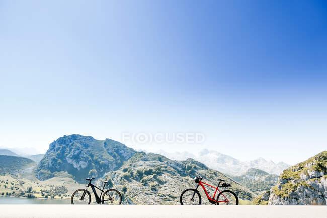 Dos bicicletas todo terreno junto a las montañas en Lagos de Covadonga, Asturias, España - foto de stock