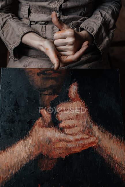Рукостискання рук художниці в майстерні з зображенням рук. — стокове фото