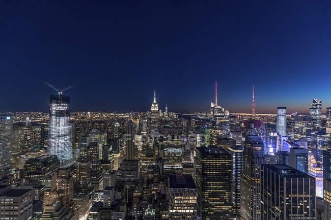 Skyline a la hora azul, Manhattan, Nueva York, EE.UU. - foto de stock