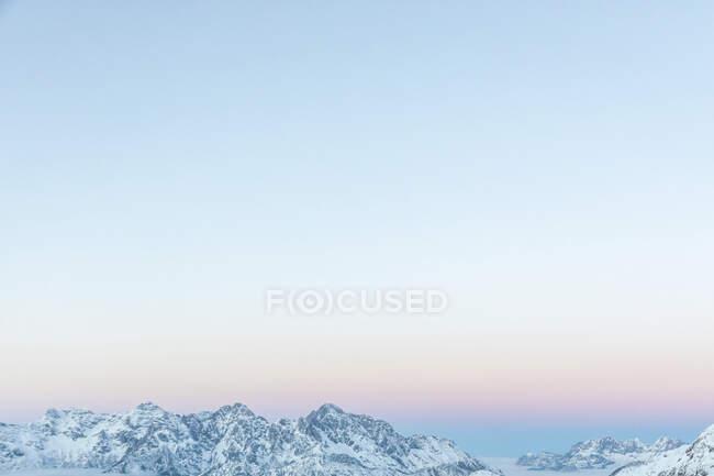 Вигляд через сніжні гори з вечірнім небом у сутінках, Saalbach Hinterglemm, Pinzgau, Austria — стокове фото