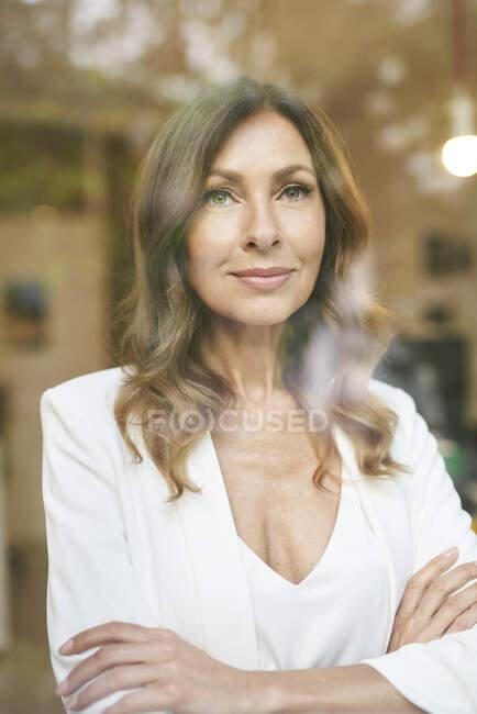 Femme d'affaires derrière la fenêtre — Photo de stock