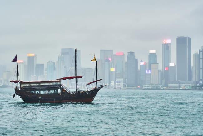 Вигляд на гавань Вікторії з вітрильним судном на передньому плані (Гонконг, Китай). — стокове фото