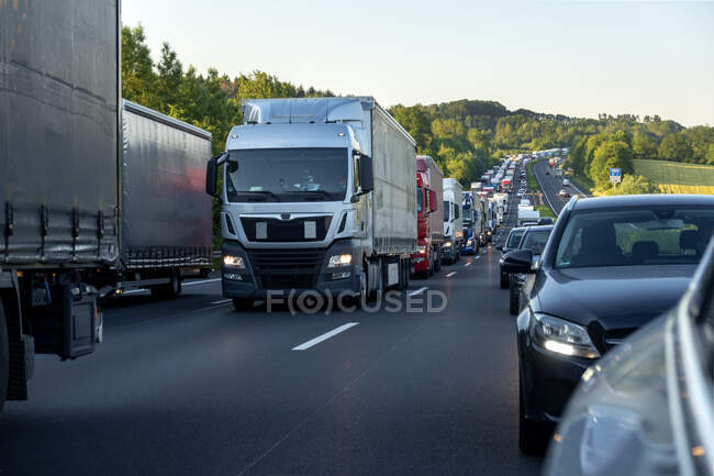Спасательная полоса, автомобили и грузовики во время пробок вечером, Германия — стоковое фото