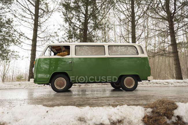 Електричний фургон на сільській дорозі в зимовому ландшафті, Куопіо, Фінляндія. — стокове фото