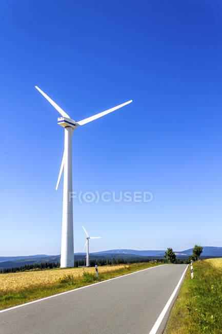 Roue à vent sur route vide, Hesse, Allemagne — Photo de stock