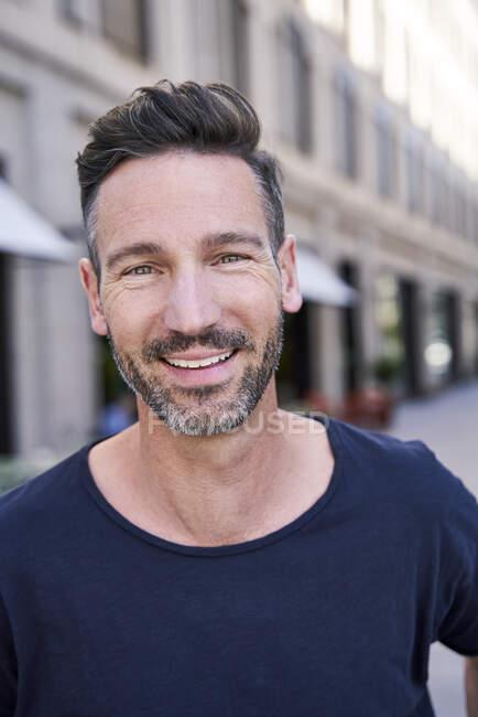 Sorridente uomo maturo in città — Foto stock