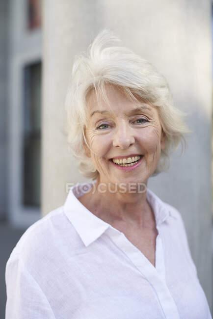 Портрет щасливої зрілої жінки з сяючим волоссям. — стокове фото