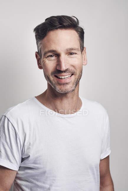 Retrato del hombre con camiseta blanca - foto de stock