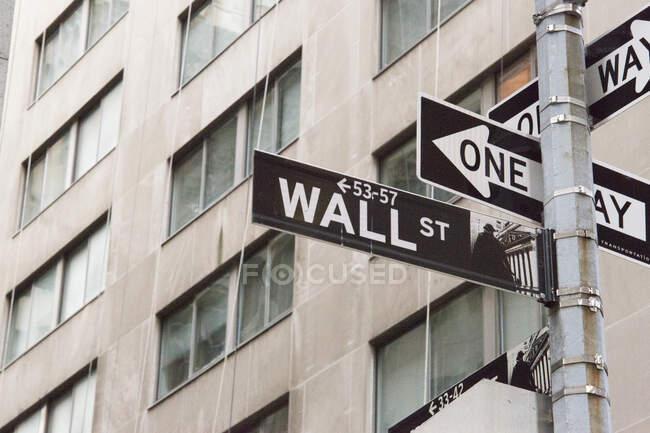 Señales de tráfico, Waal Street, Nueva York, EE.UU. - foto de stock