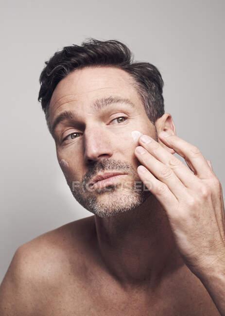 Hombre crepitando su cara - foto de stock