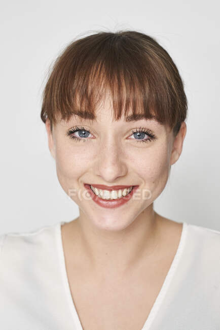 Retrato de una joven feliz - foto de stock