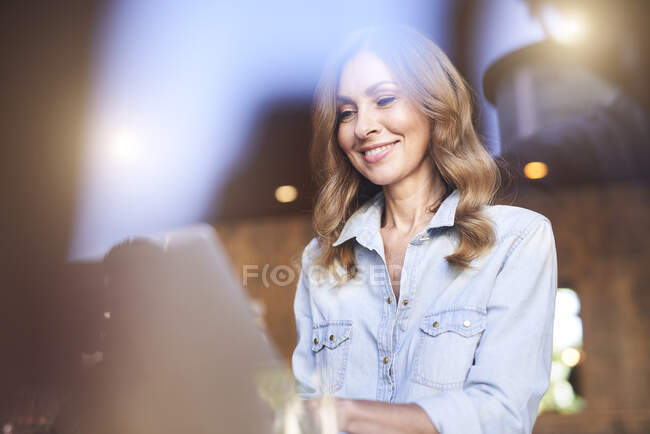 Business woman using laptop in a cafe — Stock Photo