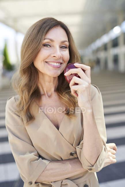 Empresaria con una manzana - foto de stock