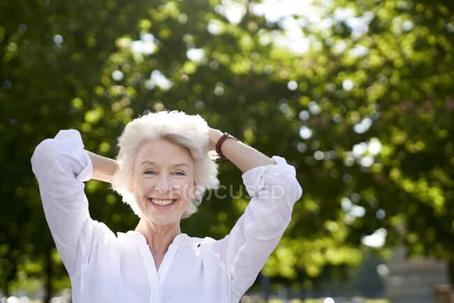 Портрет щасливої дорослої жінки. — стокове фото