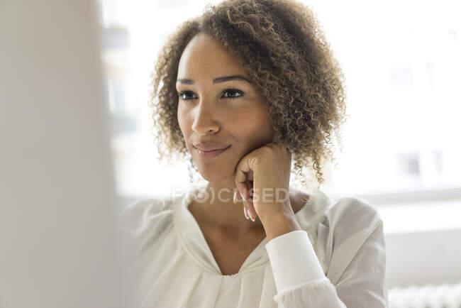 Retrato del joven freelancer trabajando en el escritorio - foto de stock