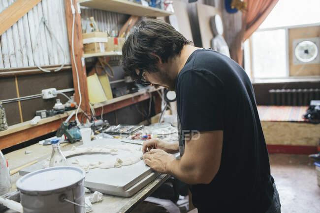 Escultor trabalhando em um objeto — Fotografia de Stock