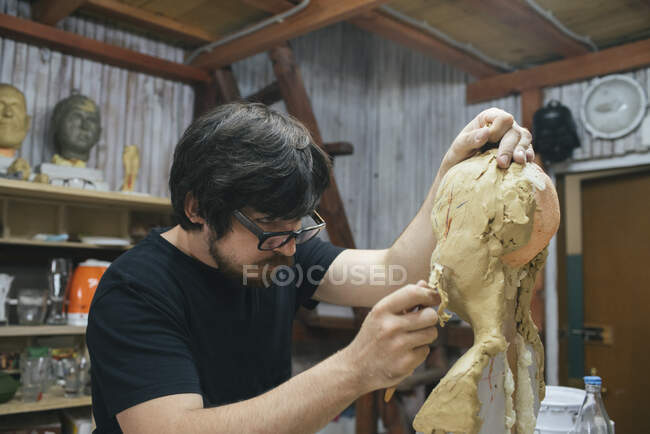Escultor trabalhando em um busto — Fotografia de Stock