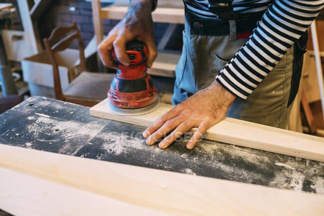 На роботі тесляр, розмелювач дерева. — стокове фото