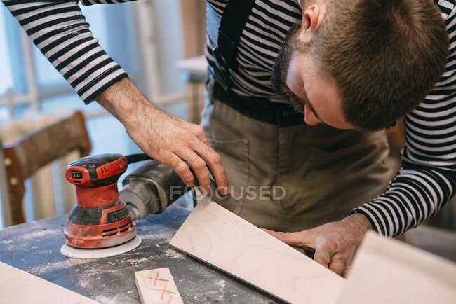 Tischler bei der Arbeit, Holz schleifen — Stockfoto