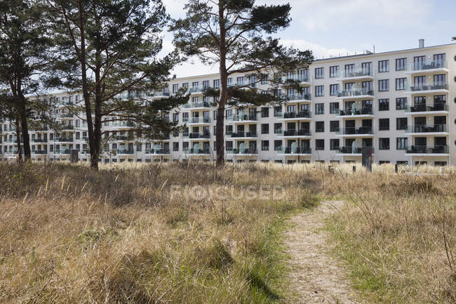 Balneario anteriormente casern, Prora, Ruegen, Alemania - foto de stock