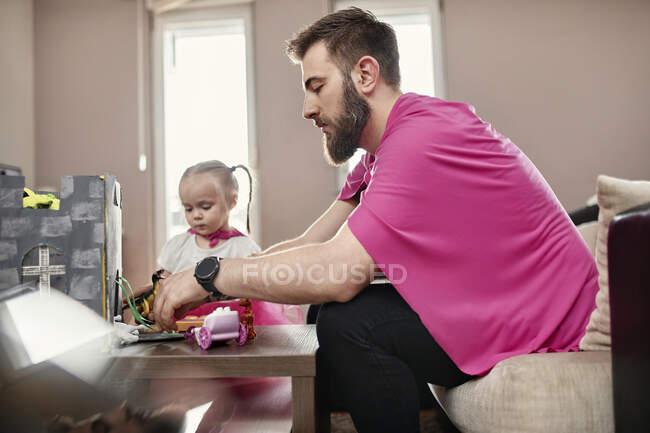 Батько і дочка грають супергероя і супержінку. — стокове фото