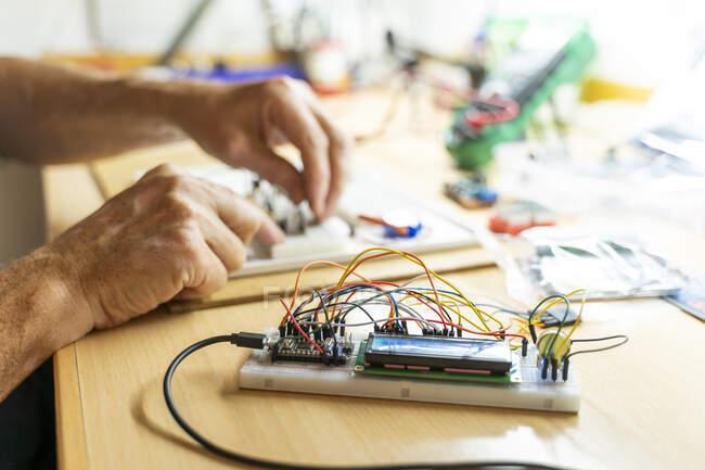 Senior arbeitet in seiner Werkstatt an elektronischen Schaltungen — Stockfoto