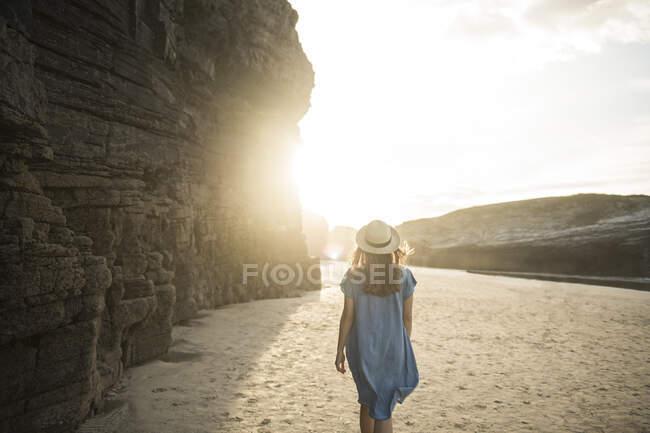 Donna che cammina sulle cattedrali Spiaggia con scogli, vista posteriore, Galizia, Spagna — Foto stock