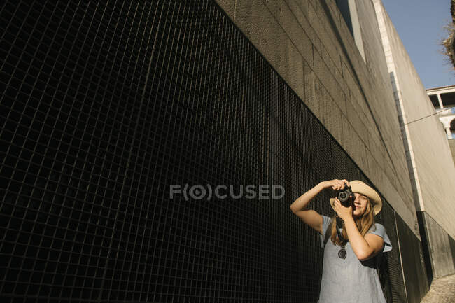 Woman taking a picture in the city, Coimbra, Portugal — Stock Photo