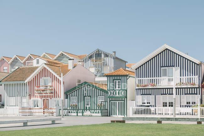 Vista de casas a rayas, Costa Nova, Portugal - foto de stock