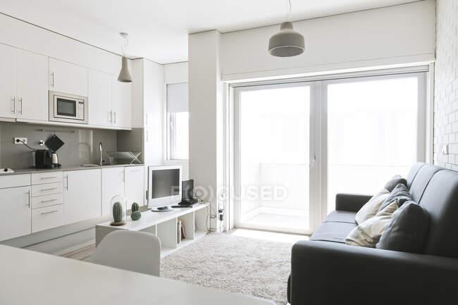 Loft moderno con cucina a pianta aperta — Foto stock
