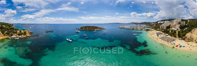 Spagna, Isole Baleari, Maiorca, Veduta aerea di Portals Nous, spiaggia Platja de S'Oratori e Illa d'en Sales — Foto stock