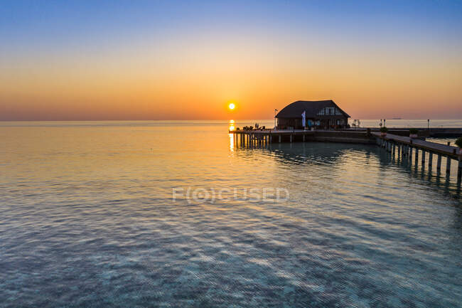 Maldive, isola di Olhuveli, Molo e scuola di sub sulla laguna dell'atollo di South Male al tramonto — Foto stock